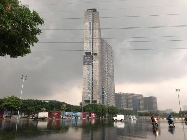 Đầu giờ chiều, bầu trời Hà Nội bỗng đen kịt kèm sấm đùng đoàng, mưa lớn giải nhiệt sau những ngày nắng như thiêu đốt - Ảnh 24.