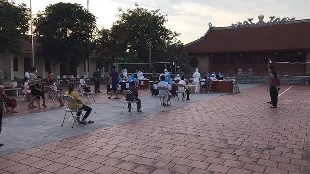 Sinh viên ĐH Y Hà Nội: Khoanh vùng dập dịch giữa đêm, làm việc tới 2h sáng lấy 10.000 mẫu xét nghiệm - Ảnh 1.