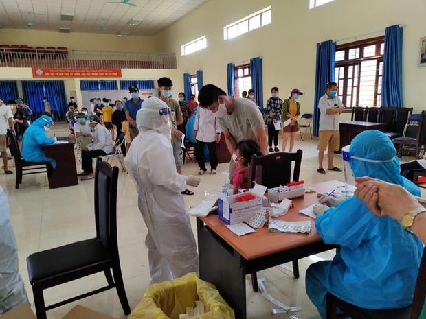 Sinh viên ĐH Y Hà Nội: Khoanh vùng dập dịch giữa đêm, làm việc tới 2h sáng lấy 10.000 mẫu xét nghiệm - Ảnh 3.