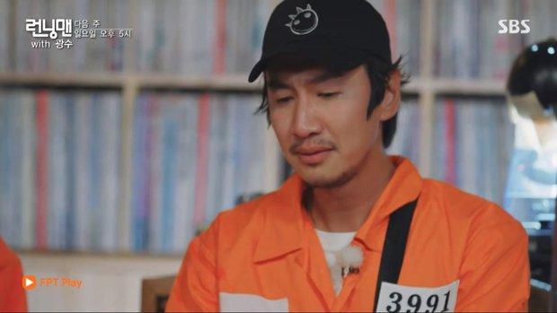 Fan xúc động khi biết ý nghĩa dãy số trên áo Lee Kwang Soo trong tập cuối ghi hình Running Man - Ảnh 2.
