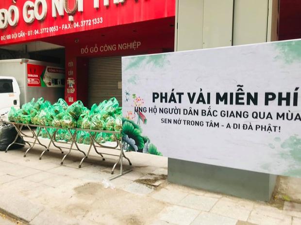 Người phụ nữ mua 2 tấn vải Bắc Giang để tặng miễn phí, khi được ngỏ ý trả tiền liền hướng dẫn mọi người ủng hộ Quỹ vaccine phòng Covid-19 - Ảnh 1.