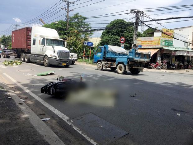 TP.HCM: Người phụ nữ đi xe máy bị xe ben cán qua người, tử vong thương tâm - Ảnh 1.