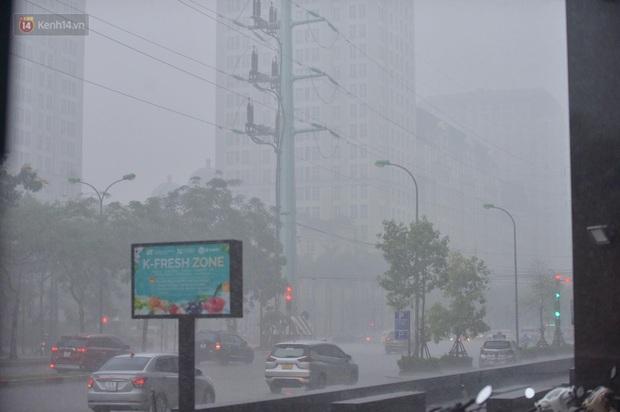 Đầu giờ chiều, bầu trời Hà Nội bỗng đen kịt kèm sấm đùng đoàng, mưa lớn giải nhiệt sau những ngày nắng như thiêu đốt - Ảnh 23.