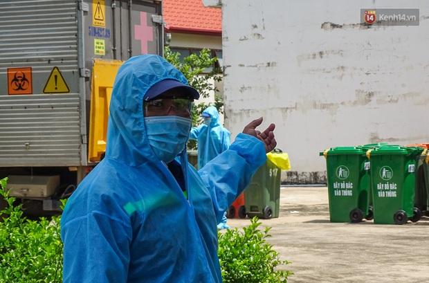 Theo chân những chiến binh thầm lặng thu gom rác từ khu cách ly, bệnh viện dã chiến ở Sài Gòn - Ảnh 6.