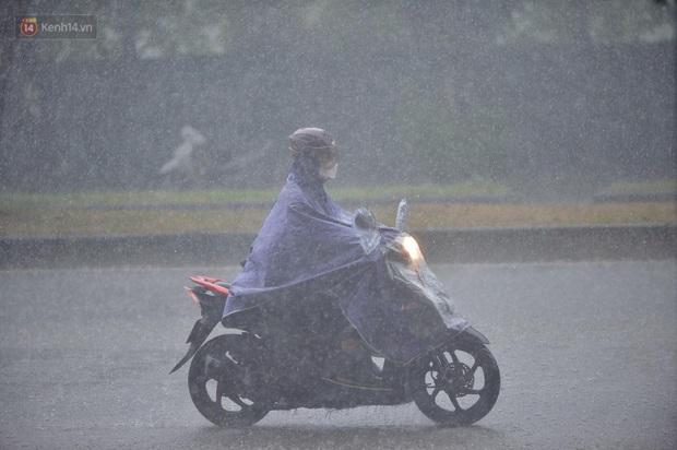 Đầu giờ chiều, bầu trời Hà Nội bỗng đen kịt kèm sấm đùng đoàng, mưa lớn giải nhiệt sau những ngày nắng như thiêu đốt - Ảnh 5.