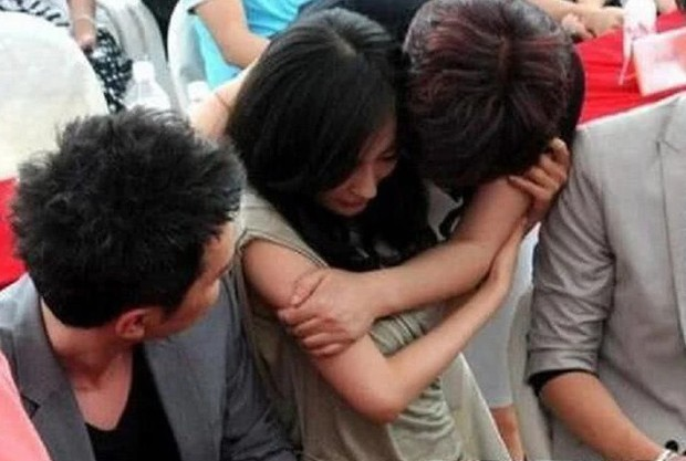 Phản ứng của sao nam châu Á khi đồng nghiệp nữ gặp sự cố: Người trơ mắt nhìn mỹ nhân bị sàm sỡ, kẻ vô duyên đứng cười nghiêng ngả - Ảnh 11.
