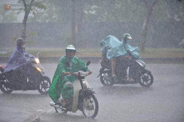 Đầu giờ chiều, bầu trời Hà Nội bỗng đen kịt kèm sấm đùng đoàng, mưa lớn giải nhiệt sau những ngày nắng như thiêu đốt - Ảnh 2.
