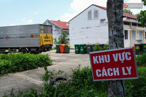 Theo chân những chiến binh thầm lặng thu gom rác từ khu cách ly, bệnh viện dã chiến ở Sài Gòn - Ảnh 1.