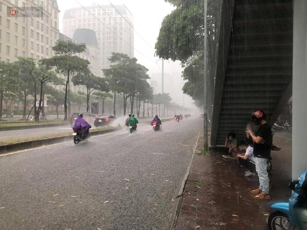 Đầu giờ chiều, bầu trời Hà Nội bỗng đen kịt kèm sấm đùng đoàng, mưa lớn giải nhiệt sau những ngày nắng như thiêu đốt - Ảnh 8.