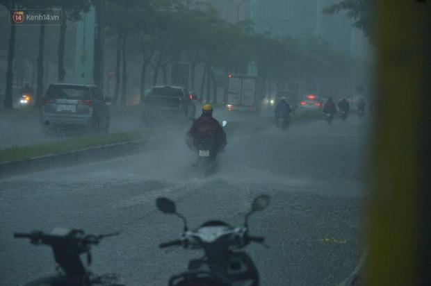Đầu giờ chiều, bầu trời Hà Nội bỗng đen kịt kèm sấm đùng đoàng, mưa lớn giải nhiệt sau những ngày nắng như thiêu đốt - Ảnh 12.