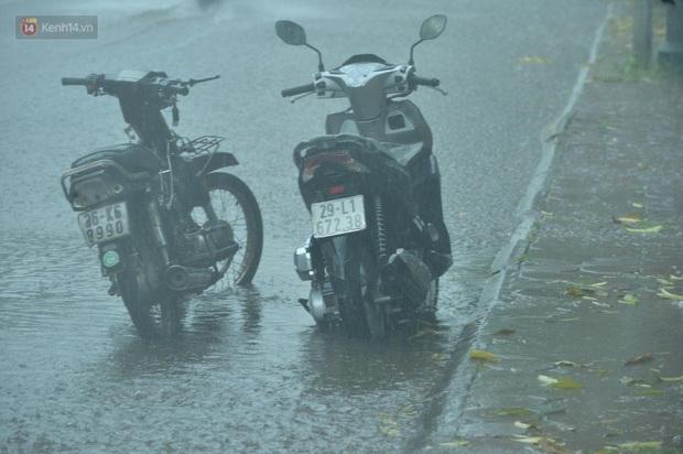 Đầu giờ chiều, bầu trời Hà Nội bỗng đen kịt kèm sấm đùng đoàng, mưa lớn giải nhiệt sau những ngày nắng như thiêu đốt - Ảnh 10.