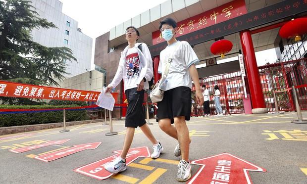 Trung Quốc bắt đầu thi đại học: Thí sinh mắc COVID-19 được làm bài thi trong bệnh viện - Ảnh 1.
