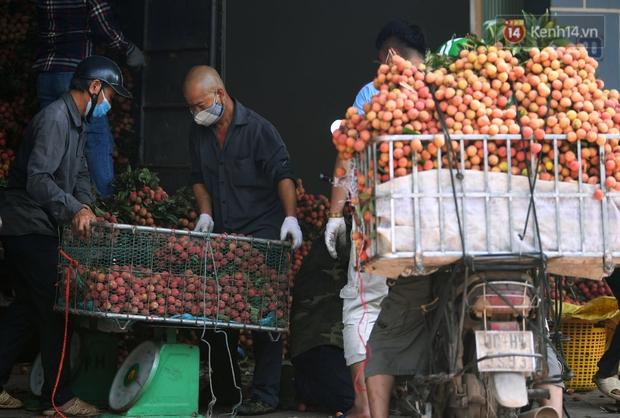 Vải thiều Lục Ngạn, Bắc Giang nhộn nhịp thu hoạch và tiêu thụ ngay từ đầu vụ - Ảnh 10.