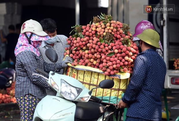 Vải thiều Lục Ngạn, Bắc Giang nhộn nhịp thu hoạch và tiêu thụ ngay từ đầu vụ - Ảnh 6.