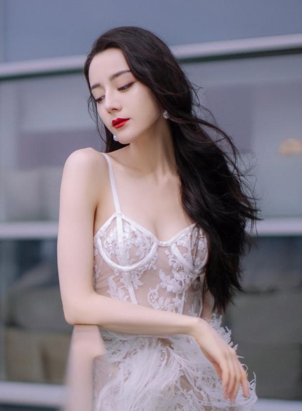 Nhiệt Ba ngày càng táo bạo tới ngộp thở: Hết khoe lưng trần sexy lại bắt lú với váy xuyên thấu khoe vòng 1 căng tràn - Ảnh 9.