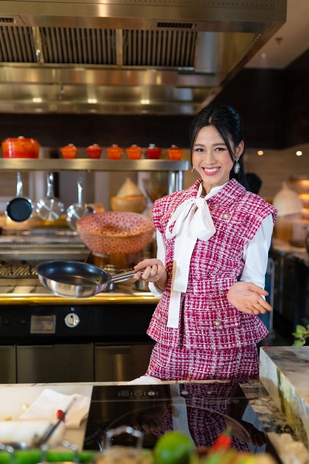 Hoa hậu Đỗ Thị Hà chiến thắng cầu thủ Duy Mạnh trong món bún chả giò - Ảnh 3.