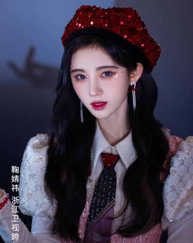 Cúc Tịnh Y đúng là cô nàng ưa lồng lộn, ngay từ cách makeup đã thể hiện siêu rõ - Ảnh 1.