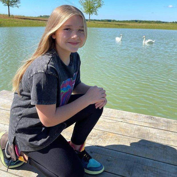 Cô út Harper Beckham sống ảo bên hồ thiên nga trong nhà nông thôn 1.955 tỷ, góc chụp dìm mà nhan sắc cân hết đỉnh ghê - Ảnh 2.
