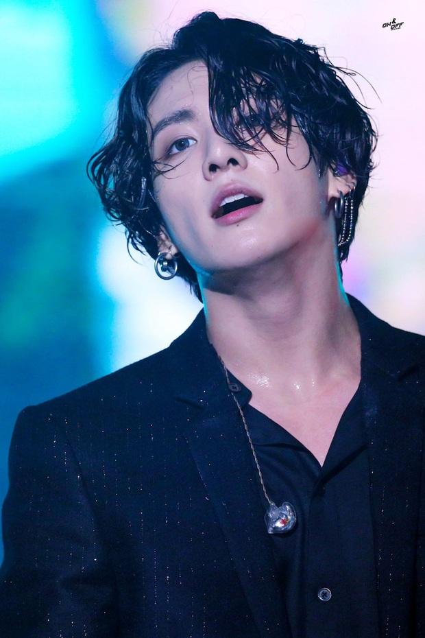 Fancam của Jungkook (BTS) hot trở lại: Combo hủy diệt tóc ướt, vest đen, cười nhẹ khiến ai xem cũng xuýt xoađổ gục - Ảnh 11.