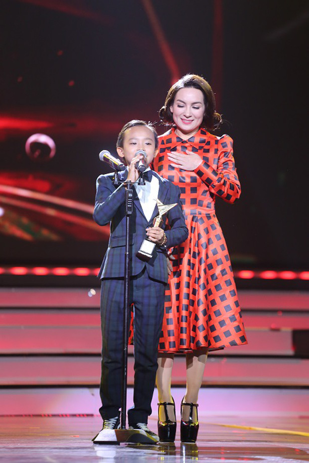 Hồ Văn Cường: Từ cậu bé chân quê vụt lên thành hiện tượng, xuất sắc vượt mặt Sơn Tùng, Mỹ Tâm tại giải thưởng lớn - Ảnh 7.