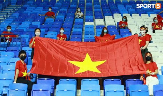 Ấm lòng người Việt ở UAE tiếp lửa đội tuyển: Khi con người phải giữ khoảng cách, con tim càng xích lại gần - Ảnh 1.