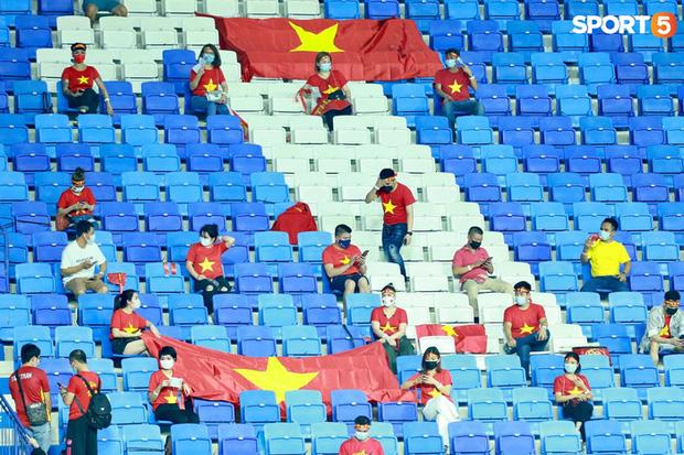 Ấm lòng người Việt ở UAE tiếp lửa đội tuyển: Khi con người phải giữ khoảng cách, con tim càng xích lại gần - Ảnh 2.