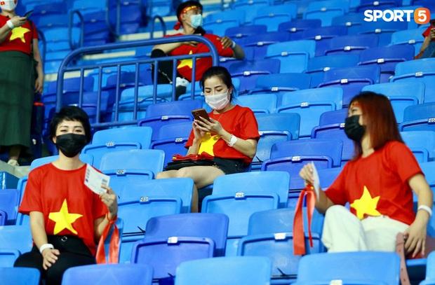 Ấm lòng người Việt ở UAE tiếp lửa đội tuyển: Khi con người phải giữ khoảng cách, con tim càng xích lại gần - Ảnh 3.