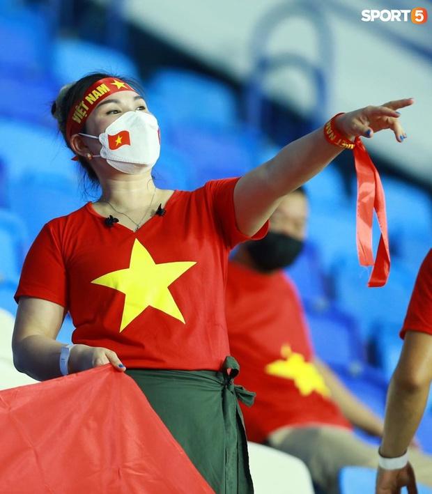 Ấm lòng người Việt ở UAE tiếp lửa đội tuyển: Khi con người phải giữ khoảng cách, con tim càng xích lại gần - Ảnh 7.
