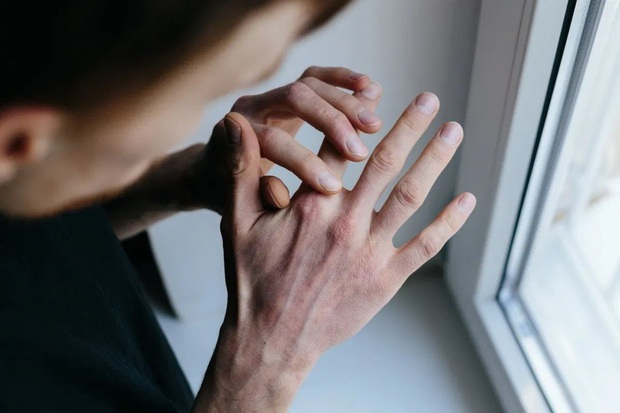 Dùng dung dịch sát khuẩn tay giúp ngăn ngừa nguy cơ nhiễm bệnh nhưng nó cũng có tác dụng phụ cho sức khỏe - Ảnh 2.
