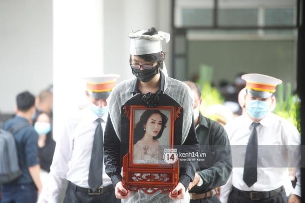 2 người chồng cũ Hoa hậu Thu Thuỷ bật khóc nghẹn ngào, con trai và con gái thất thần trong tang lễ của mẹ - Ảnh 6.