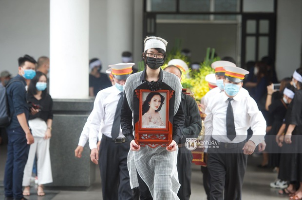 2 người chồng cũ Hoa hậu Thu Thuỷ bật khóc nghẹn ngào, con trai và con gái thất thần trong tang lễ của mẹ - Ảnh 7.
