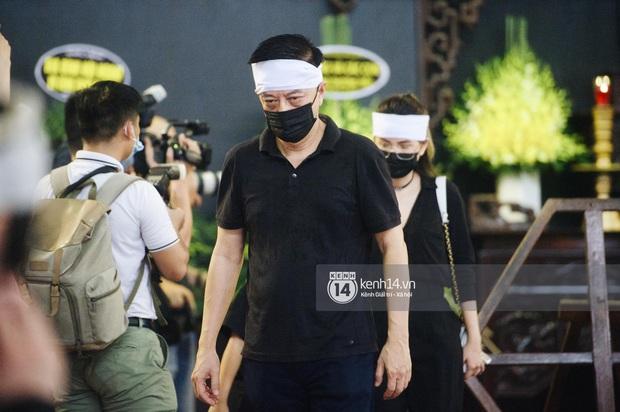 2 người chồng cũ Hoa hậu Thu Thuỷ bật khóc nghẹn ngào, con trai và con gái thất thần trong tang lễ của mẹ - Ảnh 3.