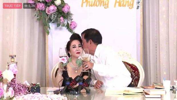 Vợ chồng bà Phương Hằng mở tiệc online kỷ niệm 15 năm cưới: Nữ đại gia lên đồ sexy, hột xoàn đầy người, trang trí nhà hoành tráng như hôn lễ - Ảnh 8.