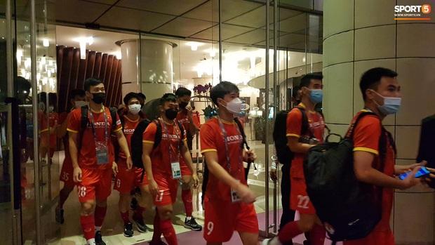 Trực tiếp từ UAE: Tuyển Việt Nam lên đường trở về sau khi giành tấm vé lịch sử, được chia thành 2 nhóm - Ảnh 3.