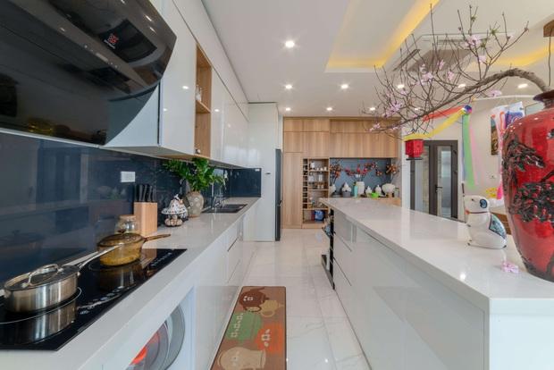 Căn nhà 5 tầng của vợ chồng Bát Tràng, thiết kế 3 ban công xanh nhưng vẫn đầu tư hẳn 400 triệu cho sân thượng 160m2 - Ảnh 9.