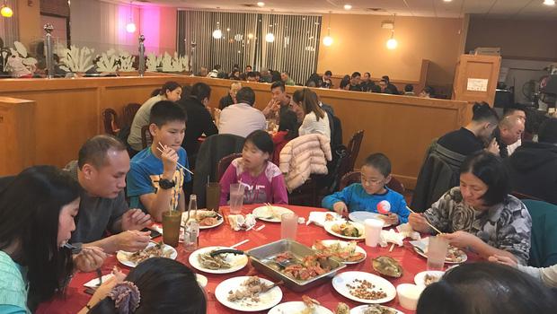Vào ăn nhà hàng sang chảnh, gia đình nọ có hành động kém sang nhưng lại nhận cơn mưa lời khen từ dân mạng? - Ảnh 4.