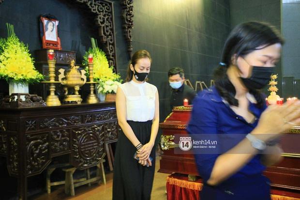 Dàn sao đến tiễn đưa Hoa hậu Thu Thủy: Diễn viên Minh Tiệp bật khóc, Đỗ Mỹ Linh và dàn Hoa hậu cùng nhiều sao Việt nén lòng - Ảnh 15.
