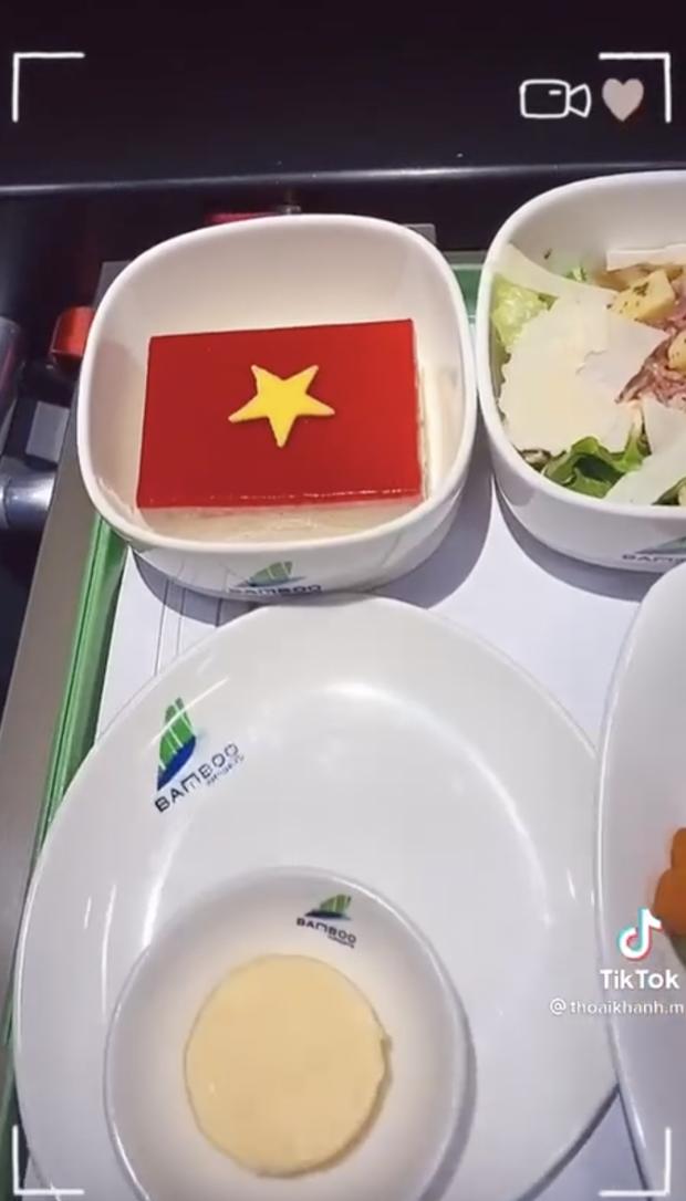 Tiếp viên hàng không hé lộ bí mật chưa kể ở chuyến bay của đội Việt Nam sang Dubai đấu vòng loại World Cup - Ảnh 5.