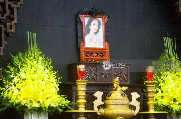 Tang lễ Hoa hậu Thu Thuỷ: Linh cữu được đưa đi hoả táng, em trai đau buồn ôm chặt di ảnh, Hoa hậu Đỗ Mỹ Linh và dàn sao Vbiz xót xa đến viếng - Ảnh 42.