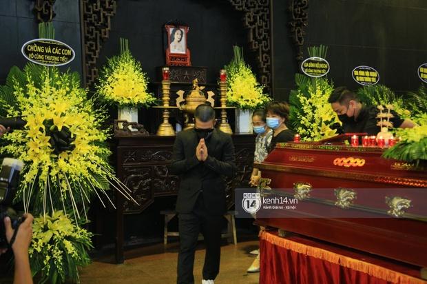 Tang lễ Hoa hậu Thu Thuỷ: Linh cữu được đưa đi hoả táng, em trai đau buồn ôm chặt di ảnh, Hoa hậu Đỗ Mỹ Linh và dàn sao Vbiz xót xa đến viếng - Ảnh 26.