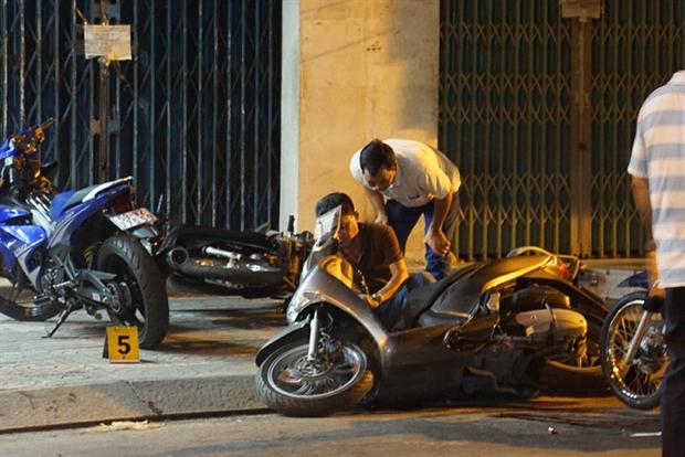 Bị cướp giật, 2 cô gái truy đuổi rồi va chạm với xe ô tô dẫn tới bị thương ở Sài Gòn - Ảnh 1.
