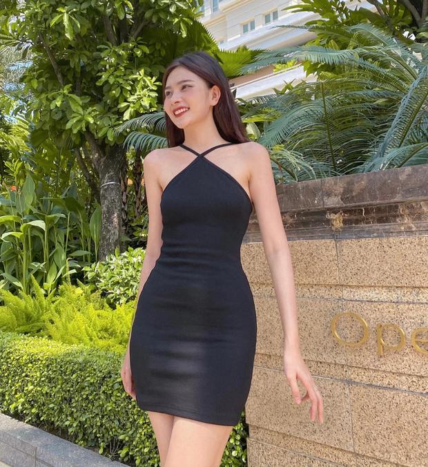 Muốn khoe vai sexy tinh tế như Jennie, chị em sắm ngay mấy mẫu váy yếm xinh xắn giá hợp lý này đi - Ảnh 8.