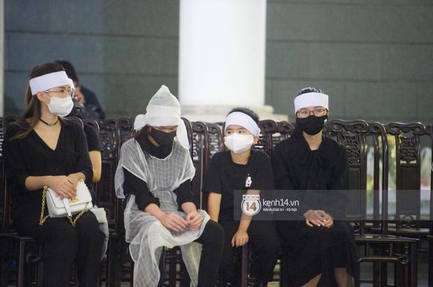 2 người chồng cũ Hoa hậu Thu Thuỷ bật khóc nghẹn ngào, con trai và con gái thất thần trong tang lễ của mẹ - Ảnh 10.