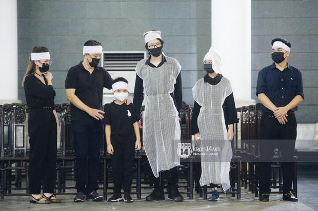 2 người chồng cũ Hoa hậu Thu Thuỷ bật khóc nghẹn ngào, con trai và con gái thất thần trong tang lễ của mẹ - Ảnh 5.