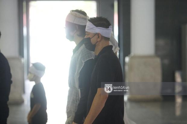 2 người chồng cũ Hoa hậu Thu Thuỷ bật khóc nghẹn ngào, con trai và con gái thất thần trong tang lễ của mẹ - Ảnh 2.