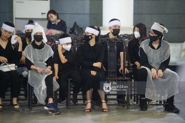 2 người chồng cũ Hoa hậu Thu Thuỷ bật khóc nghẹn ngào, con trai và con gái thất thần trong tang lễ của mẹ - Ảnh 11.