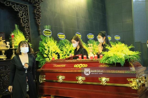 Tang lễ Hoa hậu Thu Thuỷ: Linh cữu được đưa đi hoả táng, em trai đau buồn ôm chặt di ảnh, Hoa hậu Đỗ Mỹ Linh và dàn sao Vbiz xót xa đến viếng - Ảnh 23.