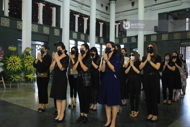 Dàn sao đến tiễn đưa Hoa hậu Thu Thủy: Diễn viên Minh Tiệp bật khóc, Đỗ Mỹ Linh và dàn Hoa hậu cùng nhiều sao Việt nén lòng - Ảnh 9.