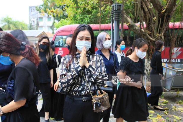 Dàn sao đến tiễn đưa Hoa hậu Thu Thủy: Diễn viên Minh Tiệp bật khóc, Đỗ Mỹ Linh và dàn Hoa hậu cùng nhiều sao Việt nén lòng - Ảnh 19.