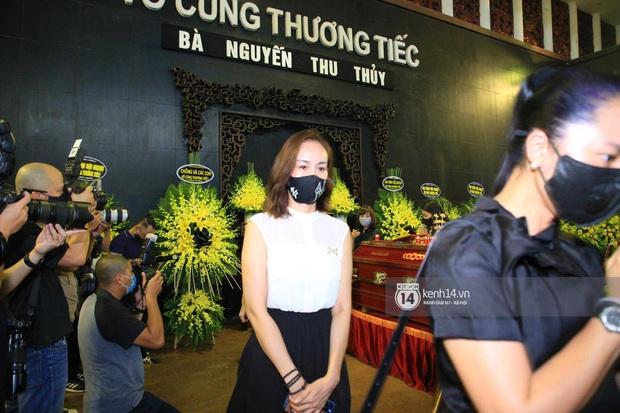 Dàn sao đến tiễn đưa Hoa hậu Thu Thủy: Diễn viên Minh Tiệp bật khóc, Đỗ Mỹ Linh và dàn Hoa hậu cùng nhiều sao Việt nén lòng - Ảnh 13.